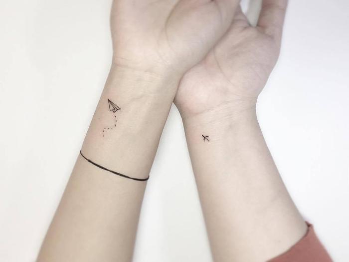 tattoo motive, fliegende gegenstände, flugzeug und papierflieger, armband