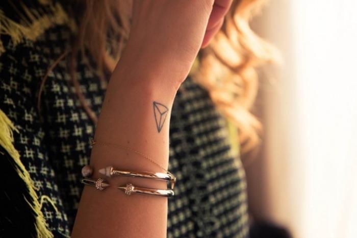 tattoos männer frauen teenagers, geometrische formen, armbänder, dreieck