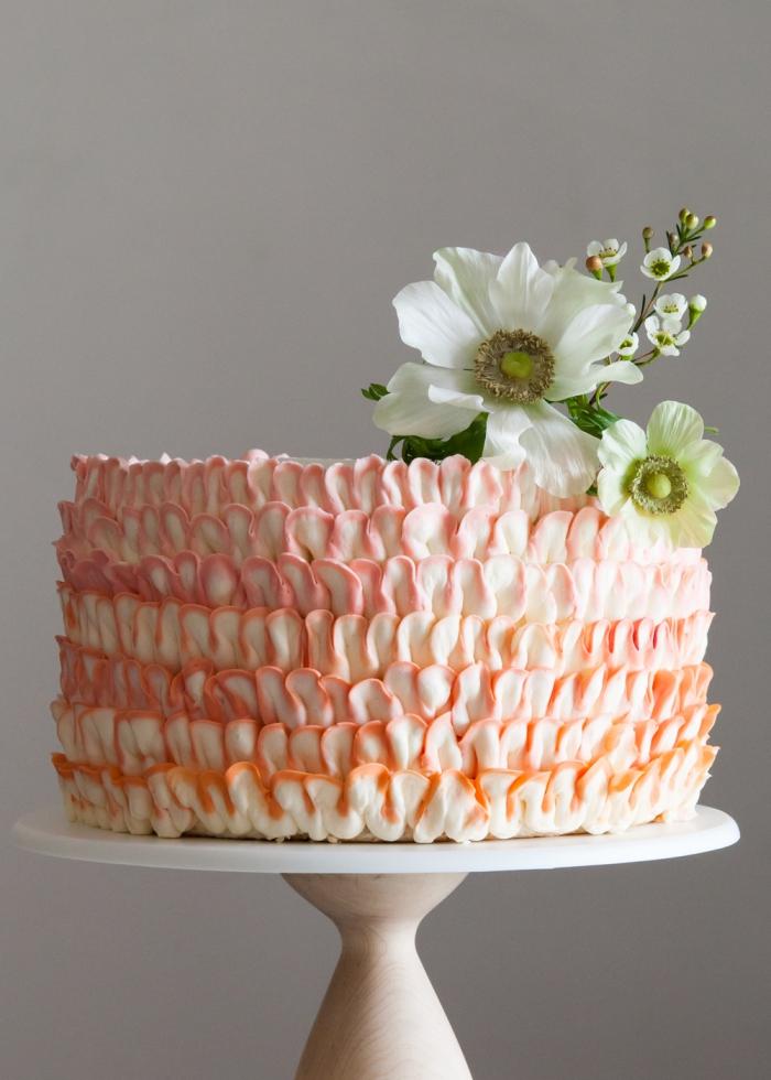 torte dekorieren, rüschentorte selber machen anleitung, kuchen mit buttercreme verzieren