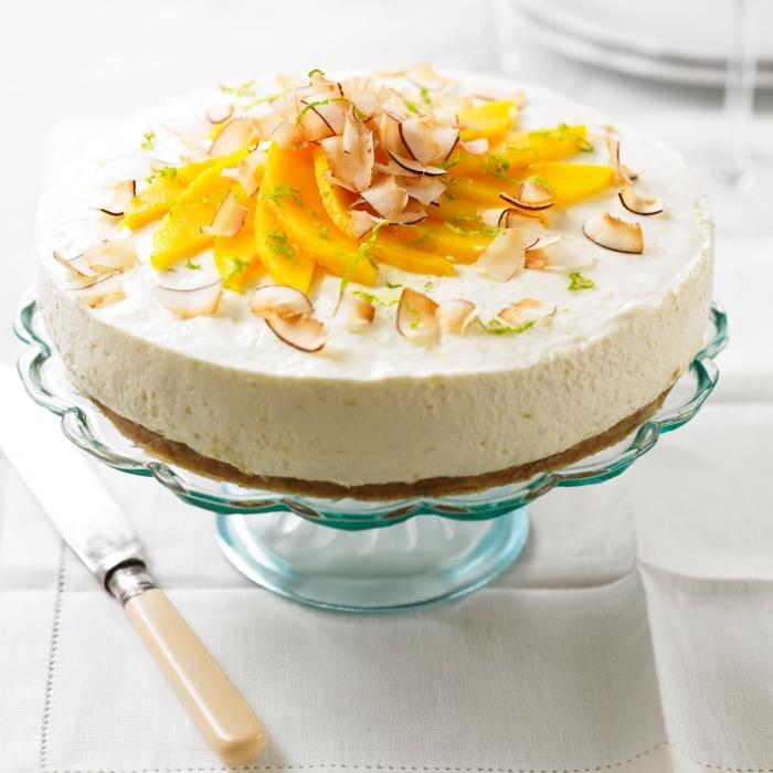 sommer party essen, kuchen mit mango und kokos, torte ohne backen, tortengestell aus glas