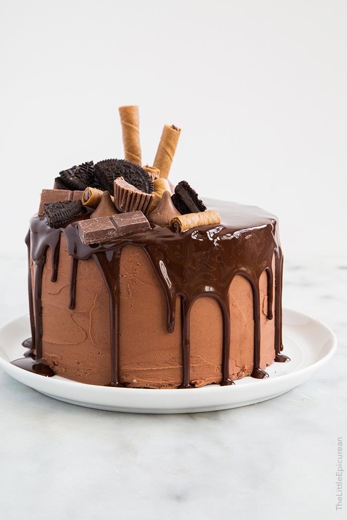 torte selber machen, kuchen mit schokolade dekoriert mit ganache und süßigkeiten, pralinen und oreo kekse