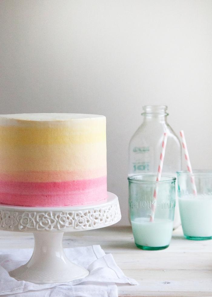 torte selber machen und dekorieren, gläser mit milch, weißer tortengestell, ombre look