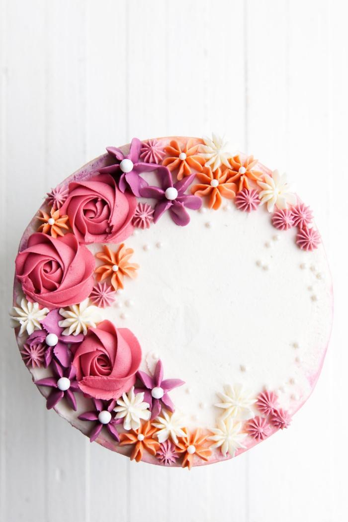 torte selber machen und dekorieren, geburtstagstorte dekoriert mit bunten blumen aus bttercreme