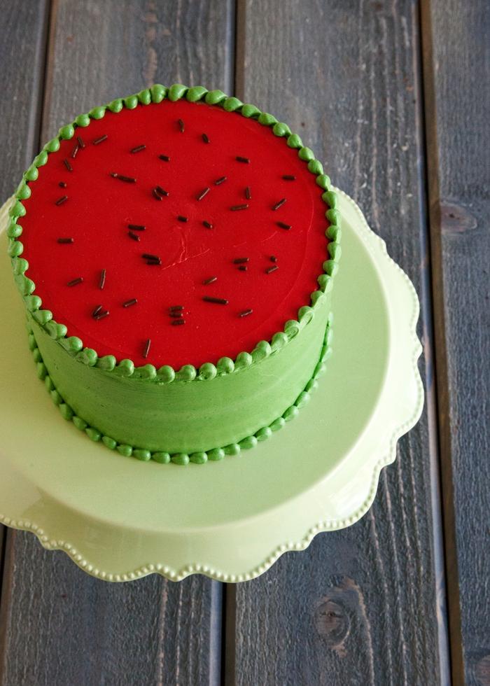 torten dekorieren, wassermelone kuchen selber machen, rote und grüne buttercreme, schokoaldenstreusel