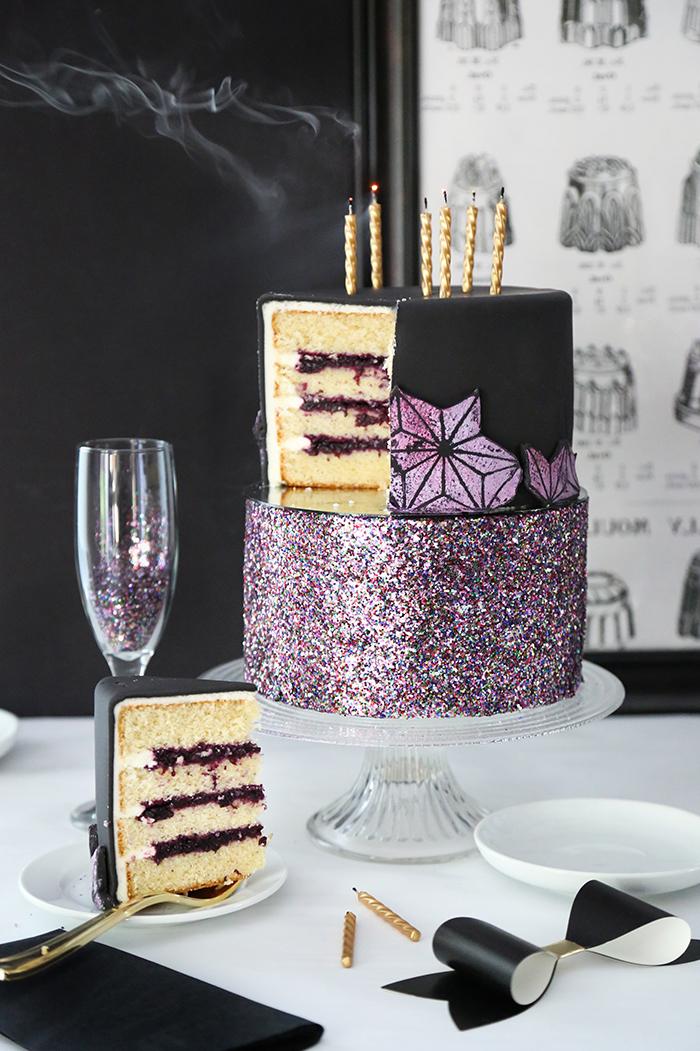 toren dekorieren, goldene kerzen, geburtstagstorte in schwarz dekoriert mit rosa glitzer