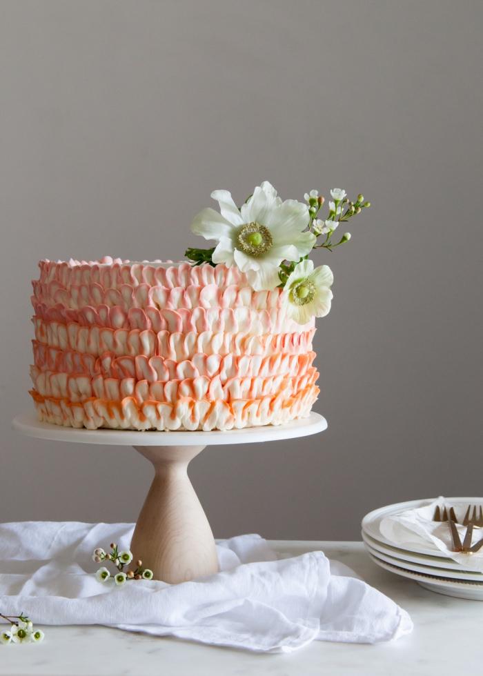 torte dekorieren mit buttercreme in weiß und orange, rüschentorte selber machen, weiße blüten