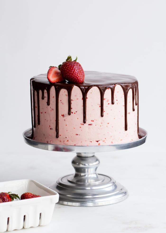 torten dekorieren, buttercreme mit erdbeeren, schokoalden ganache, tortendeko ideen