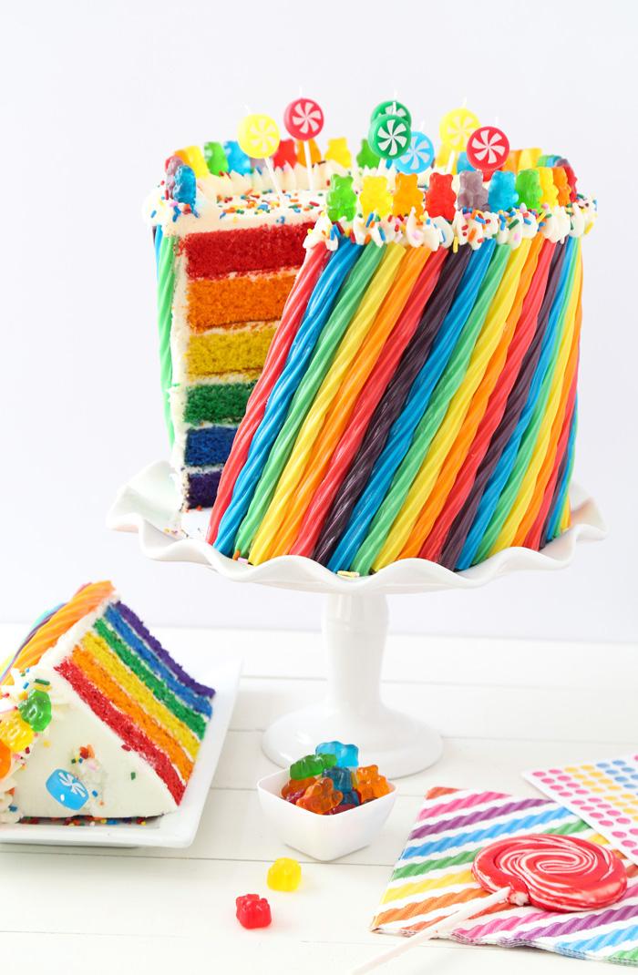 torten verzieren, kundergeburtstag ideen, bunte gelee bonbons, tortenboden in den faben des regenbogens
