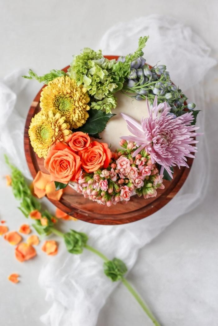 torten verzieren mit weißer buttercreme und bunte blüten, sommer tortendeko, tutorial
