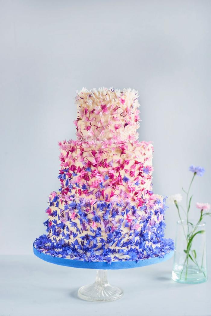 tortendeko hochzeit, große torte dekoriert mit kleinen blüten, ombre look, hochzeitstorte
