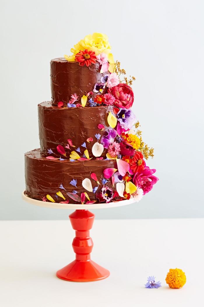 tortendeko hochzeit, kuchen dekorieren, buttercreme mit schokolade, bunte blumen und blümenblätter