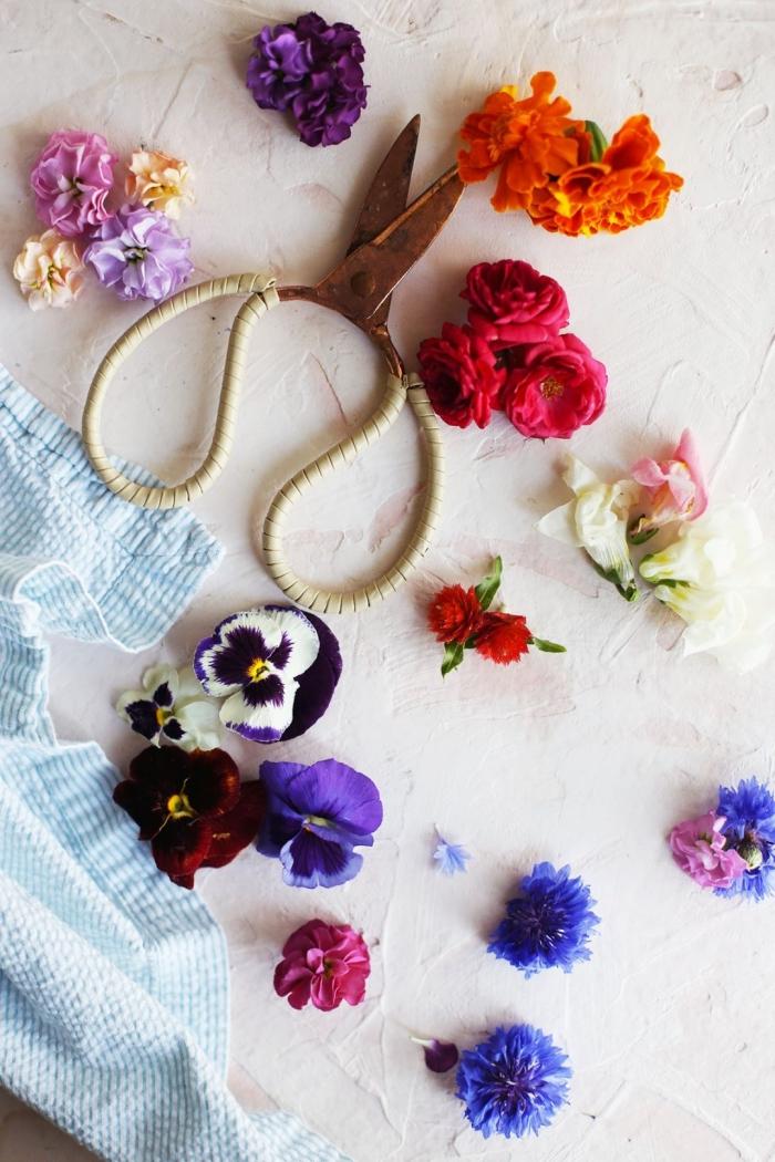 tortendeko hcohzeit, dekoration mit blumen selber machen, kleine bute blüten, schere