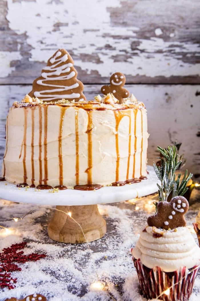 tortenverzierung zum weihnachten, torte dekoriert mit ingwet-keksen, karamell und kokos