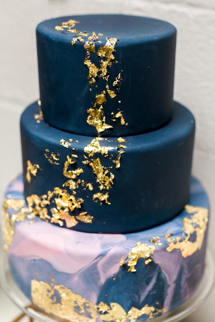 torte mit fondant dekoriert mit blattgold, marmor muster, hochzeitstorte in dunkelblau und gold