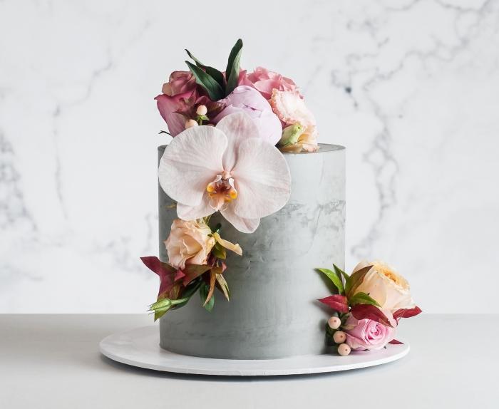 torte mit fondant im beton muster dekoriert mit großen blumen, hochzeitstorte mit blüten