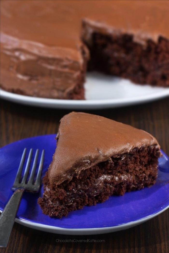 veganer schokokuchen, einfaches rezept, kuchen mit kakao, blauer teller