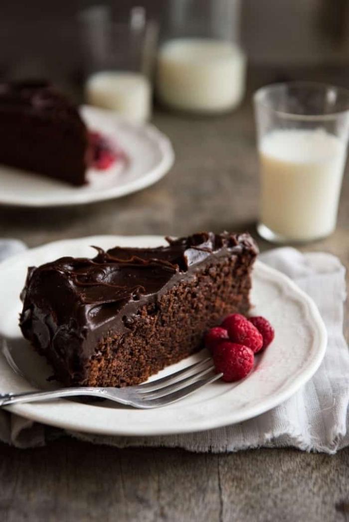 veganer schokokuchen, kuchen mit kakao bestreicht mit schokoladen ganache, glutenfrei
