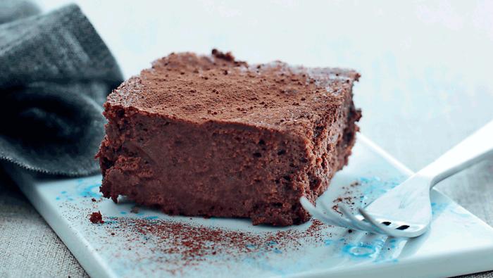 verganer schokokuchen, hellblauer teller und gabel, stück torte, gluteinfreier kuchen mit kakao