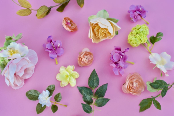 künstliche Blumen in verschiedenen Farben, grüne Blättern, Lampion basteln, Rosen aus Seide