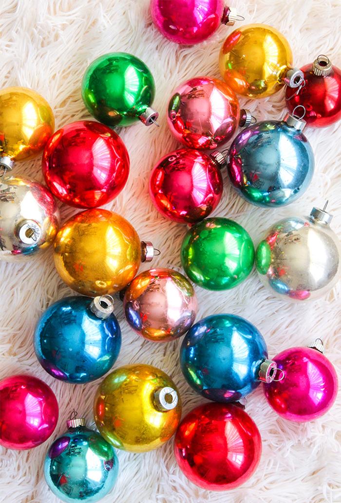 Vintage Christbaumkugeln in verschiedenen Farben, zu Weihnachten dekorieren mit Sehnsucht nacht der guten alten Zeit