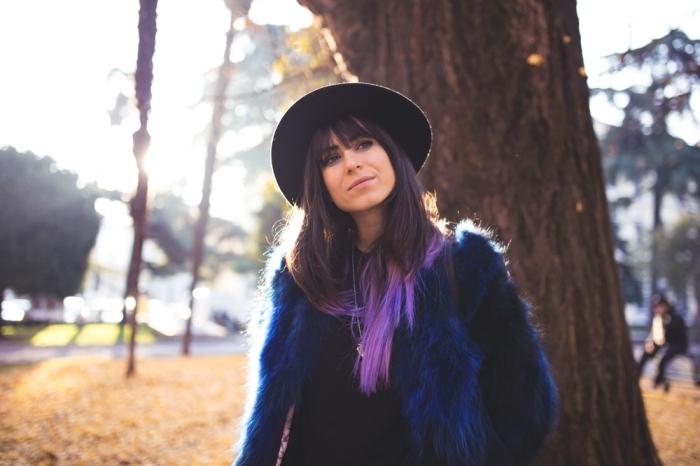 dunkel lila haare oder haarspitzen, lila ombre frisur im herbst oder winter, blauer mantel schwarzer hut, lila und blaue schattierung haare