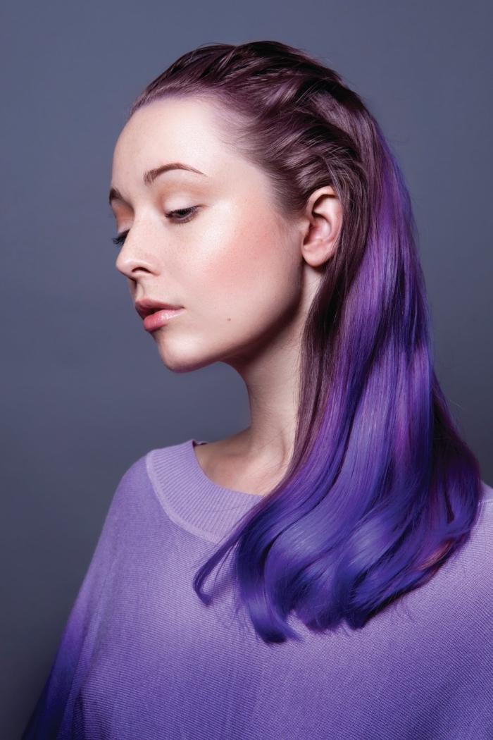 buntes haar färben, blau und lila dunkle ansätze, natürliches make up model