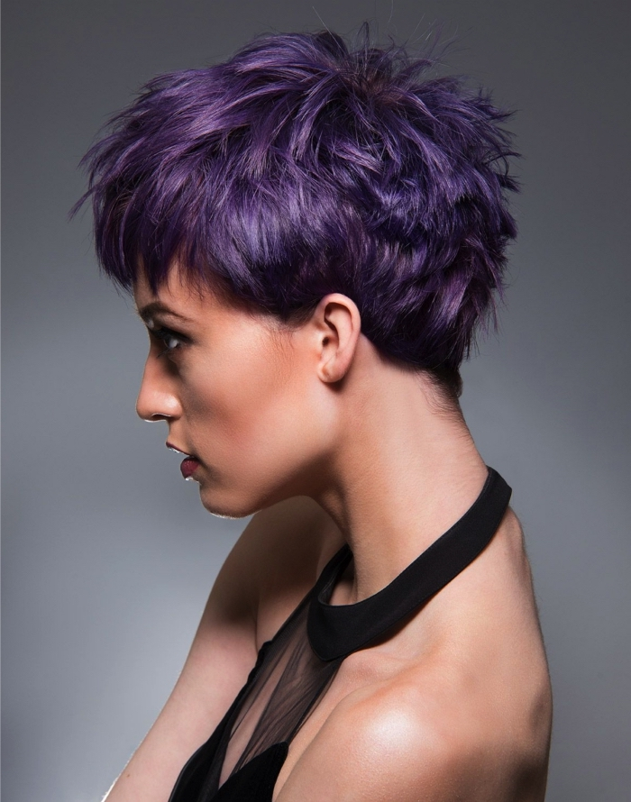 grau lila haare, haarfrisuren kurzes haar in pflaumenfarbe, schwarzes kleid, frisuren
