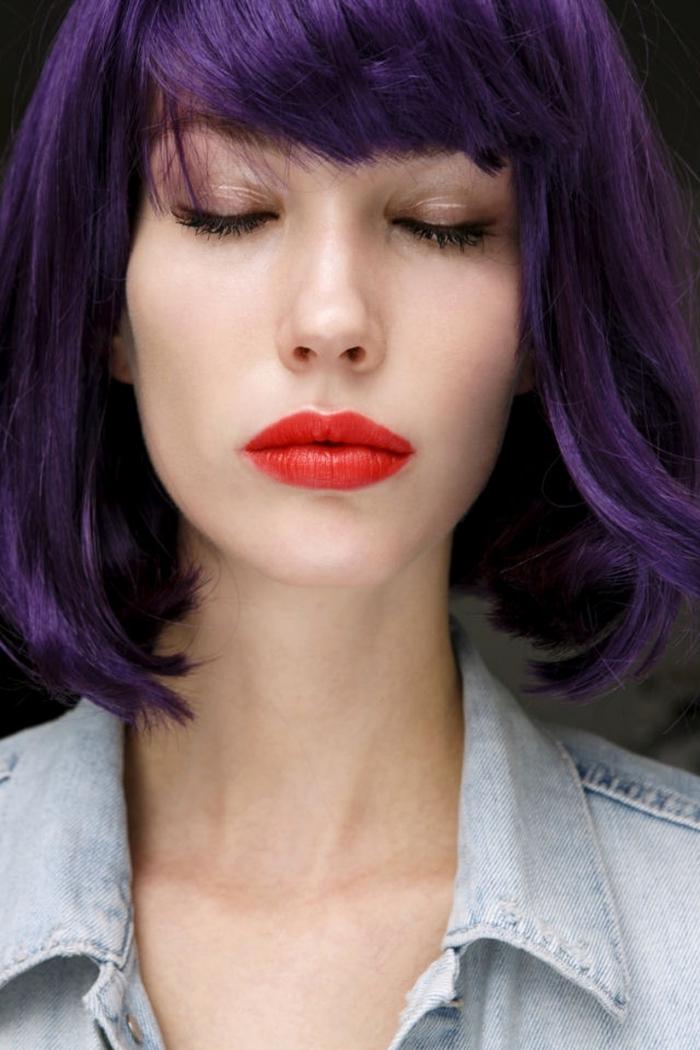 dunkel lila haare, kinnlanges haar mit lilanuancen gestalten, natürliches make up, rote lippen, jeanshemd