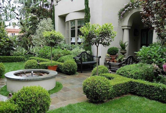 weißes haus mit einem grünen vorgarten mit bäumen und grünem rasen , baum vorgarten, gartenweg anlegen
