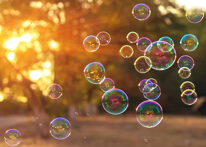 viele regenbogenfarbene seifenblasen