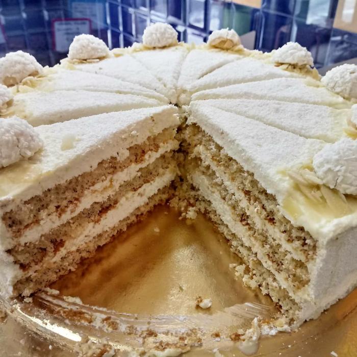 Makadamianüsse unter Raffaello Pralinen, Wallnuss Teig und weiße Creme, Raffaello Kuchen