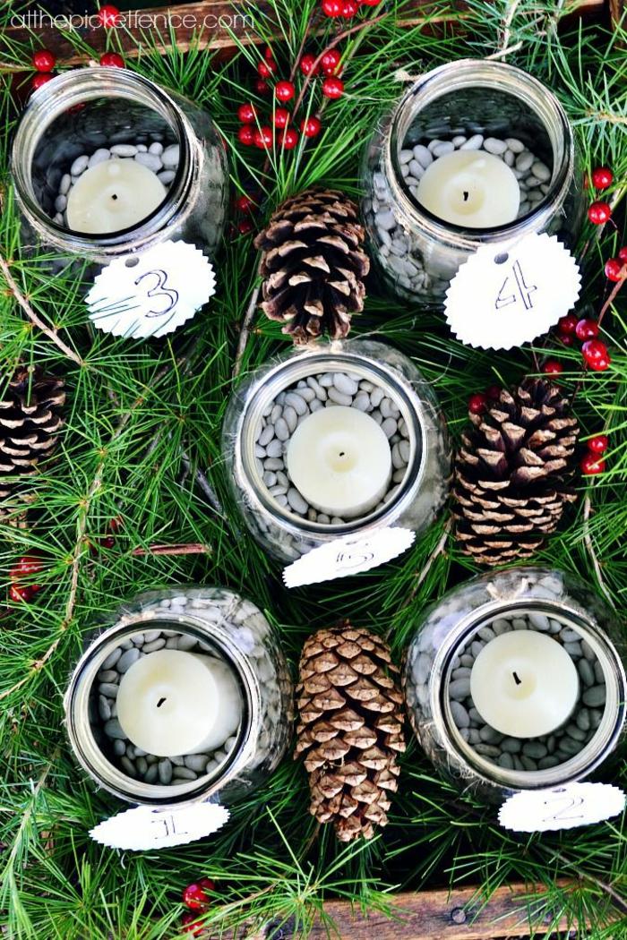 fünf Weckgläser voller weiße Bohnen und weiße Kerzen, Nummer Anhänger, Adventskalender basteln