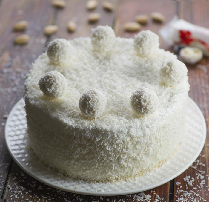 eine Torte, die ganz wie Raffaello Praline aussieht, Tortenrezepte mit Kokosraspeln