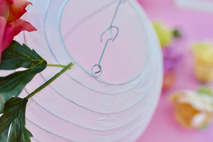 eine Anleitung, wie Sie Lampion basteln und verschönern mit Blumen aus Seide
