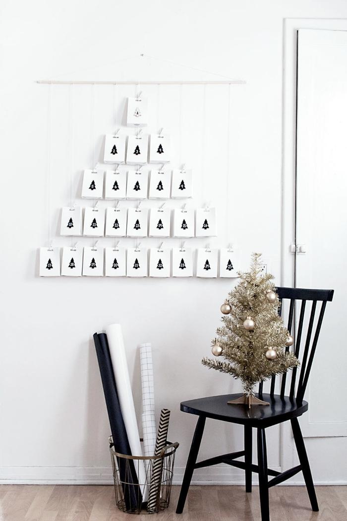 fünfundzwanzig Tüten wie Pyramide geordnet, Adventskalender basteln, Tannenbaum in goldener Farbe