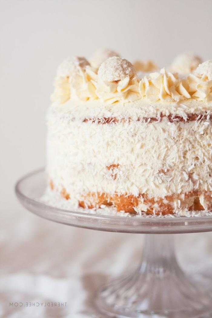 Schokoladentorte, Tortenrezepte mit gelber Creme als Dekoration, weiße Glasur