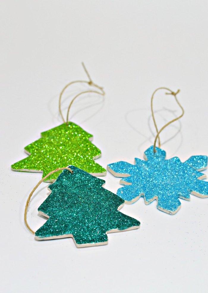Weihnachtsschmuck selber machen, kleine Christbäumchen und Schneeflocken aus Modelliermasse selber machen und mit Glitter dekorieren