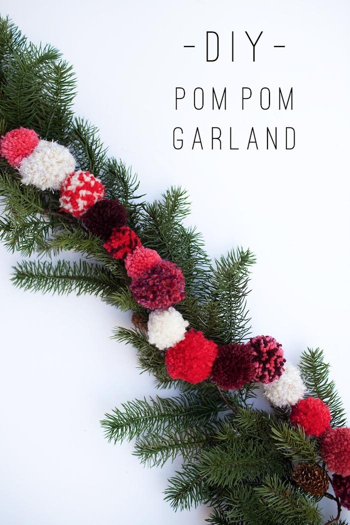 Girlande aus Pompons selber machen und um Tannenzweig umwickeln, leichte DIY Ideen für Weihnachtsdeko