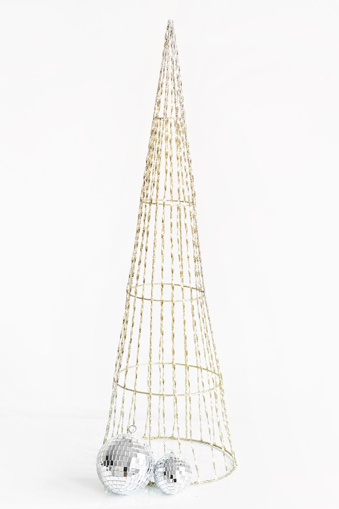 Tolle Alternative zum klassischen Weihnachtsbaum, kleine Diskobälle ma Konus befestigen