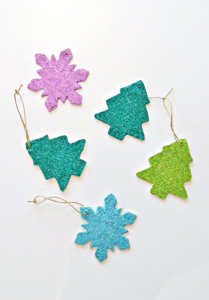Weihnachtsschmuck aus Modelliermasse selber machen und mit Glitter dekorieren