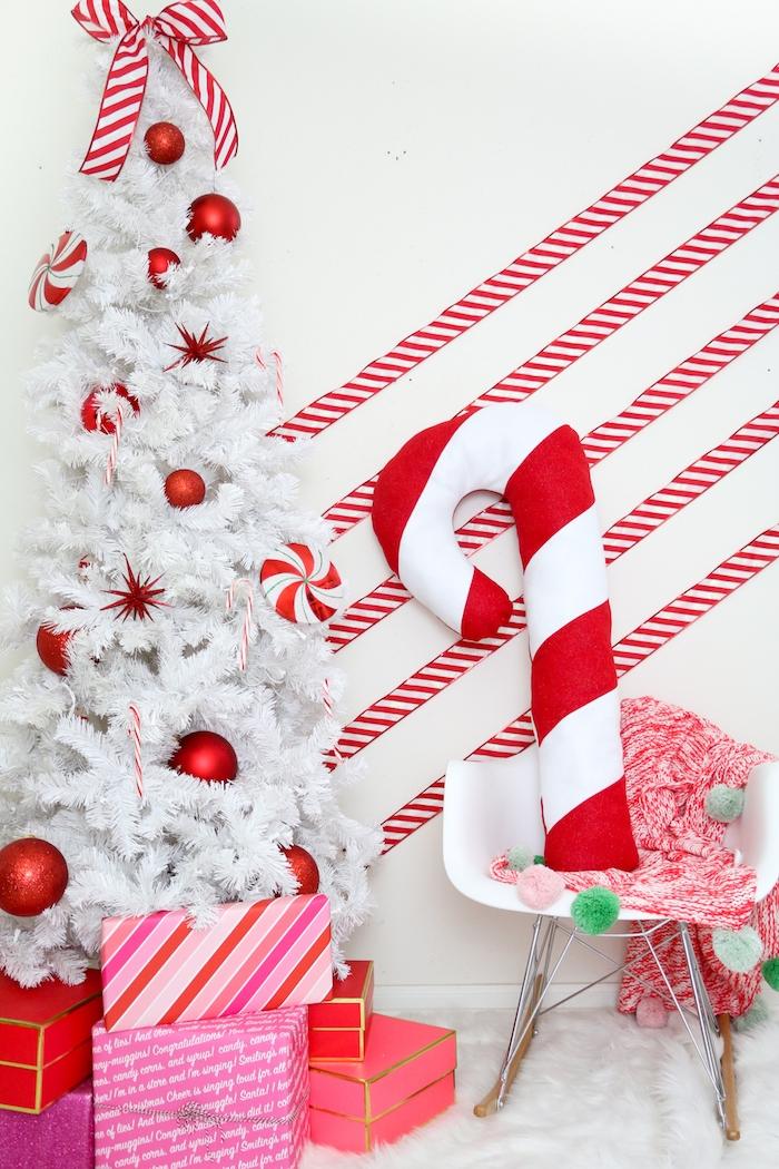 Dekokissen in Form von Zuckerstange selber nähen, weißer Weihnachtsbaum mit roten Christbaumkugeln