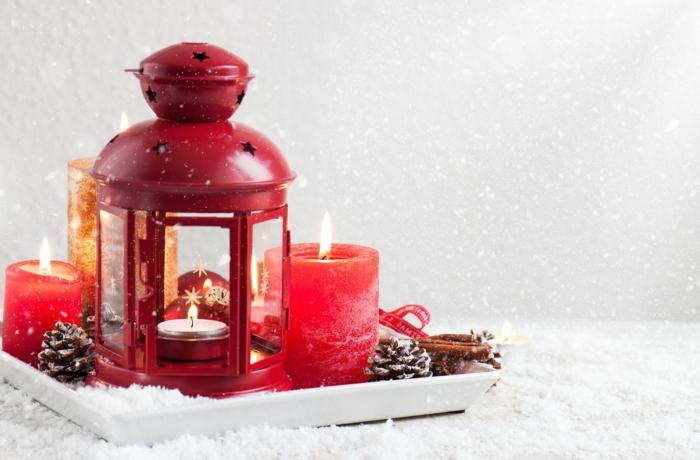 Laterne selber basteln, eine niedliche kleine Laterne und drei Kerzen, Laterne in der Schnee