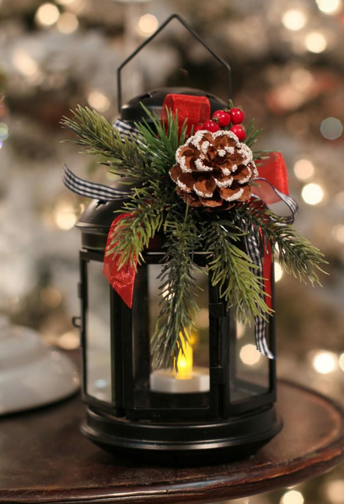 Weihnachtliche Dekoration, Laterne selber basteln mit einem Zapfen, rote Schleife, eine Kerze in der Mitte