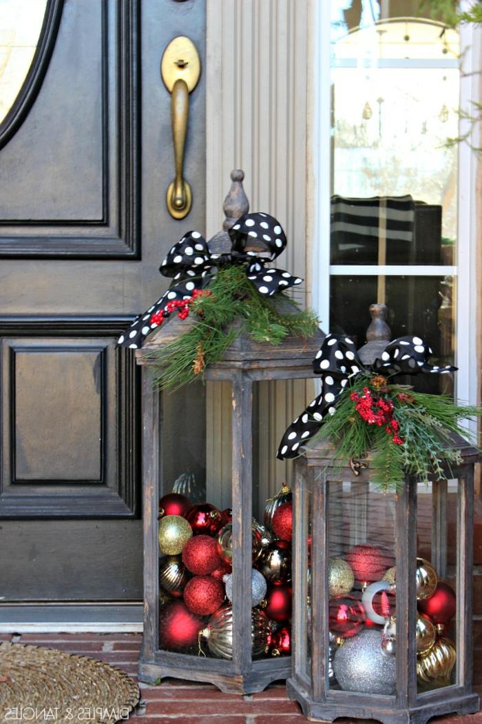 zwei Laternen an der Treppe vor der Tür, bunte Kugeln als Dekoration, Laterne selber basteln