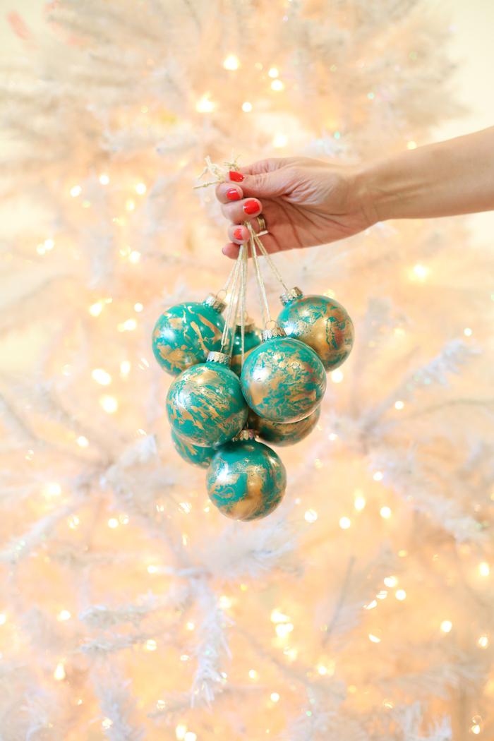 Tolle und leichte Technik, wie man Christbaumkugeln selbst bemalt, Weihnachtsschmuck selbst gestalten