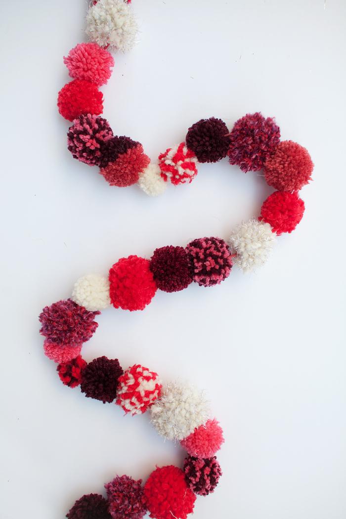 Girlande aus Pompons selber machen, schnelle und einfache DIY Ideen für Weihnachtsdekoration