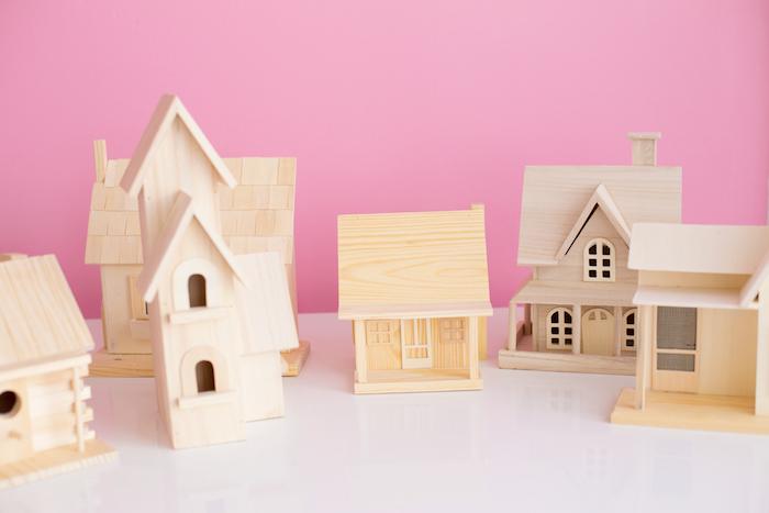 Weihnachtsbasteln mit Kindern, kleine Häuschen aus Holz selbst bemalen und verzieren
