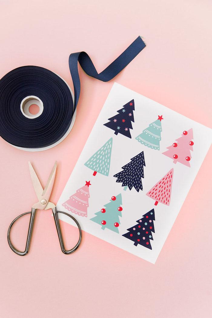 Anhänger für Weihnachtsgeschenke ausschneiden, Weihnachtsbasteln mit Kindern, Geschenke schön dekorieren