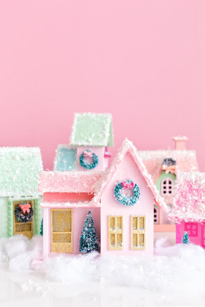 Kleine Häuschen aus Holz selbst bemalen und mit Dekoschnee verzieren, Weihnachtsbasteln mit Kindern