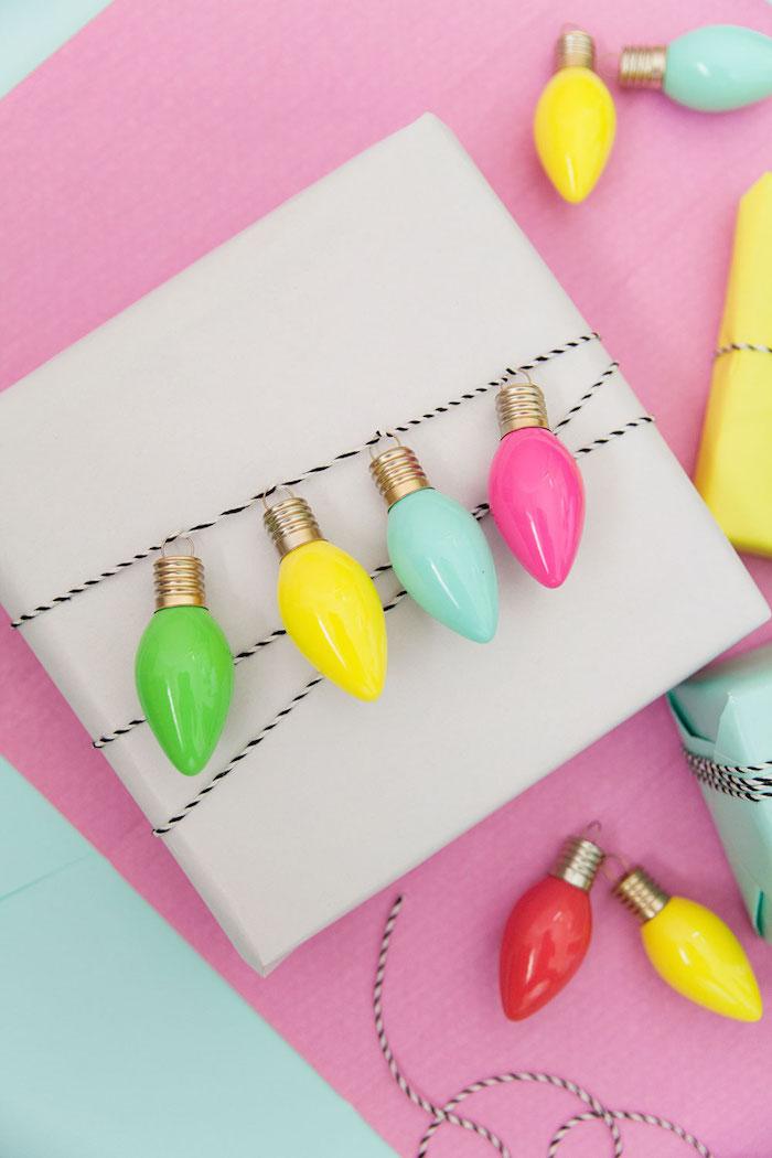 Weihnachtsgeschenke mit kleinen bunten Glühbirnen dekorieren, Geschenke kreativ verpacken